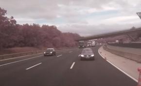 Így csapódott be egy autós a közútkezelő járművébe az M0-áson, majd továbbállt