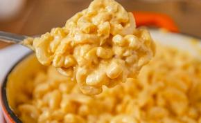 Készül a sajtos makaróni csapoló