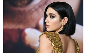 Dua Lipa mellbimbót villantva mutatta be új hajszínét – képek