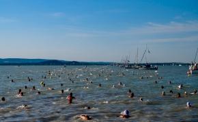 Új rekord: ilyen gyorsan még sosem úszták át a Balatont