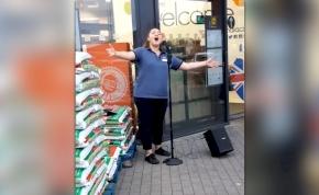 Mindenkit meghódított az aranytorkú Lidl-alkalmazott – videó
