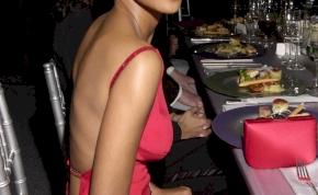Halle Berry szexi bugyiban gördeszkázik - fotó