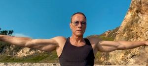 Ilyen, amikor Van Damme négy percen keresztül francia popzenére táncol – videó