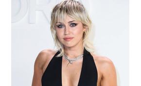 Miley Cyrus szexi tánc közben vetkőzött félmeztelenre – videó