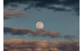 Napi horoszkóp: elköszön a telihold, de a szerencse lehet nem