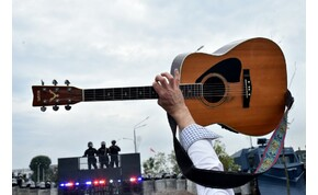 Elárverezi gitárjait a magyar énekes