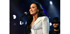 Demi Lovato a Kegyetlen játékok miatt csókolózott először lánnyal
