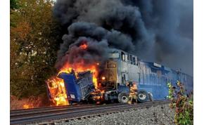 Szabályosan rommá zúzta a tehervonat a kamiont – videó