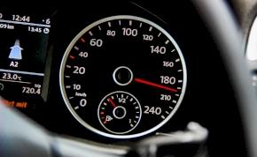 Autóba épített sebességszabályozó szüntetheti meg a gyorshajtásokat