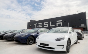 Hibázott a Tesla – 50 ezer autót hívnak vissza