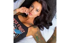 Hatalmas mellek, apró bugyik: a tetovált modell kedvence a simulós rövidnaci – fotó