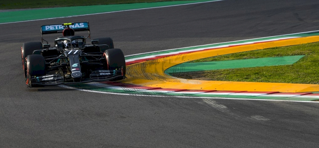 Forma-1: Lewis Hamilton most fejet hajtott a másik Mercedes előtt