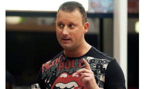 Alekosz alaposan kielemzi Tóth Andi testét – videó