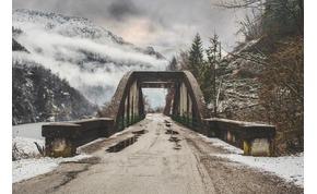 Élő adásban omlott össze egy híd – videó