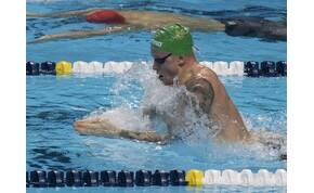 Már a döntőre készülnek az úszók a Duna Arénában