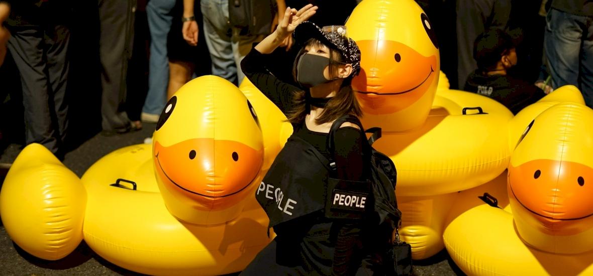 Az óriási, felfújható, sárga gumikacsa lett a demokrácia jelképe Thaiföldön
