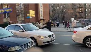 Négyen is kórházba kerültek, egy parkolóhelyért folyó verekedés után – videó
