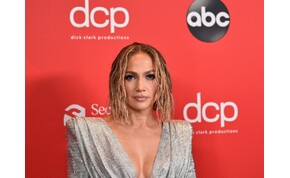 Jennifer Lopez anyaszült meztelenre vetkőzött – videó