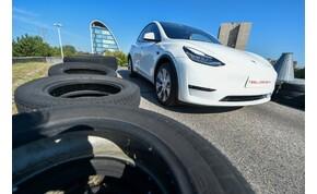 Menet közben repült le egy Tesla teteje - videó