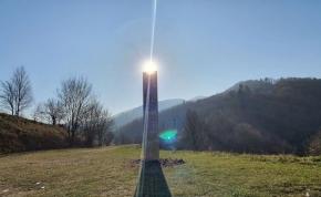 Rejtélyes fémoszlopot találtak egy hegy tetején a Kárpátok lábánál, pancser UFO-k állhatnak a háttérben - fotó