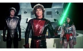 Bőrszerkós szexi űrcsaj és a férfi: az olaszok Star Wars utánzatában David Hasselhoff egy Jedi lovag, szerelme pedig szeret vetkőzni