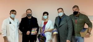 Rockzenekar vitt ajándékcsomagokat a Békés Megyei Kórházba