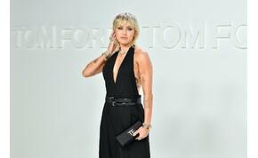 Miley Cyrus melltartó nélkül, átlátszó harisnyában szexizett – válogatás