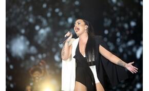 Altestét megörökítő fotósorozattal és csillámos testfestéssel ünnepli meg alakját az énekesnő