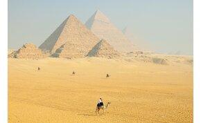 Brutális földönkívüli-észlelés? Fényárban úsztak az egyiptomi piramisok, perzselő angyal tűnt fel az égen - videó