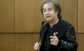 Szikora Róbert keményen büntetné a vírustagadókat