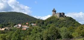Kettévágott magyar falu, az utolsó lakóháztól pár száz méterre van a vár, de az már egy másik ország