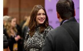 Anne Hathaway melleit nem bírta eltakarni a ruhája, aztán felvett egy másikat, az sem tudta - fotó