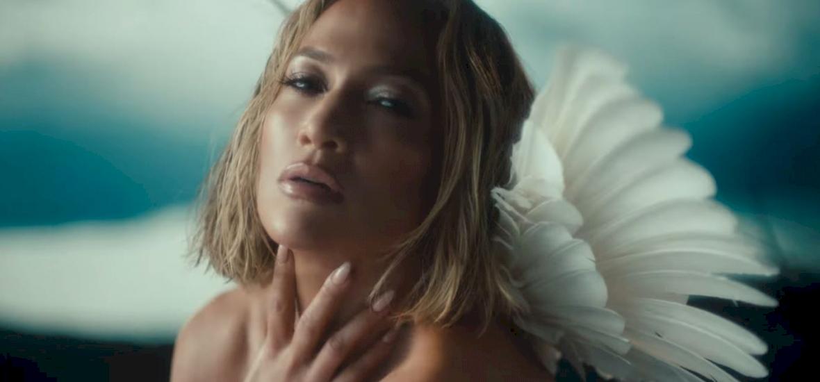 Jennifer Lopez anyaszült meztelenül, angyalszárnyakkal szerepel az új klipjében