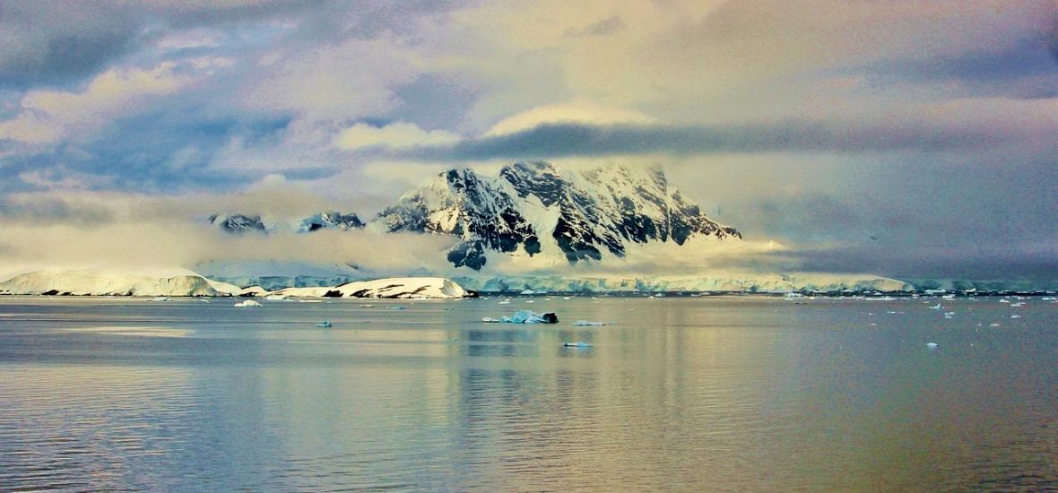 Rejtély az Antarktiszon: hatalmas ősi állat tetemét találhatták meg az olvadó jég alatt - videó