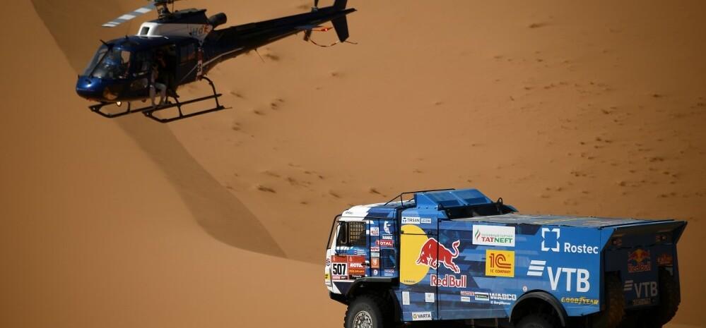 Baleset a Dakar Ralin: versenykamion ütközött egy helikopternek – videó
