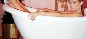 Lana Rhoades vérbeli pornósként pózol a kamerának – válogatás