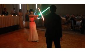 Lézerkarddal esett egymásnak az esküvőn a férj és a feleség, majd jött a násznép is