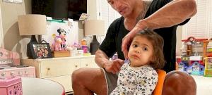 Dwayne Johnson cuki kislánya az életéért aggódik, mikor apuci kezelésbe veszi a haját - fotó