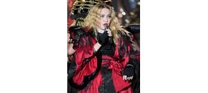 Madonna egy kanapén tette szét a lábait, mutatta meg bugyiját, miközben saját magát nézte egy filmen - videó
