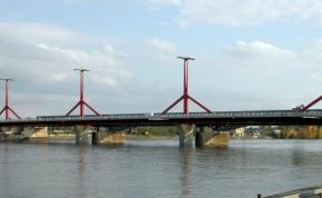 A Rákóczi hídnak ütközött egy uszály – fotó