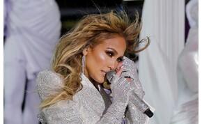Jennifer Lopez átlátszó ruhában guggolt le a színpadon, ennyire szexi pózt ritkán láthatunk - fotó