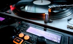 Új dallal jelentkezik az ország egyik legismertebb DJ-je
