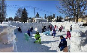 Gigantikus méretű osztálytermet építettek hóból és jégből – képek
