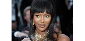 Naomi Campbell újra címlapon, és mellbimbót is villantott – válogatás