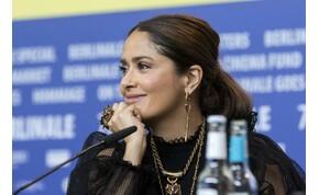 Salma Hayek mellei önálló életre keltek, pedig a fotós próbálta lenyomni őket – fotó