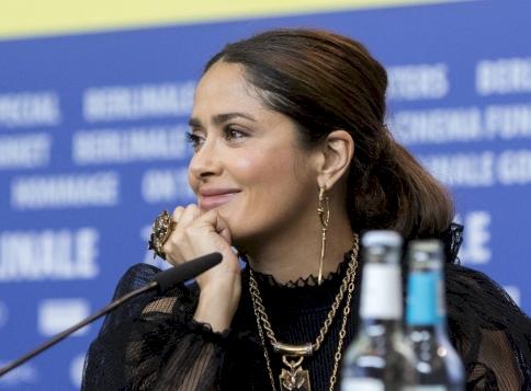 Salma Hayek mellei önálló életre keltek, pedig a fotós próbálta lenyomni őket - fotó