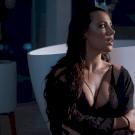 Tóth Andi szexi fehérneműben dilemmázik az új klipjében