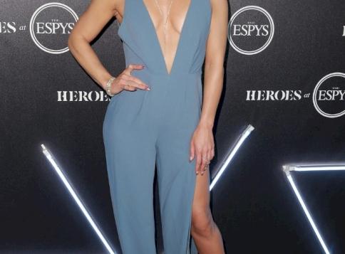 Rózsaszín bugyiban, felhúzott lábakkal kortyolta a reggeli kávéját a Dancing with the Stars amerikai győztese, Sharna Burgess - fotó