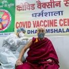 """""""AstraZeneca"""" vakcinát adatott be magának a dalai láma"""