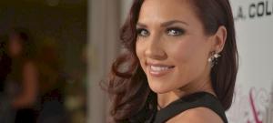 Pici bugyiban fekszik nappalija közepén a Dancing with The Stars amerikai győztese, Sharna Burgess - fotó